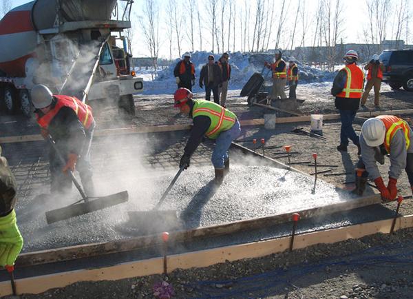 Для приготовления бетонной смеси в зимних условиях подогревают шутки бетон