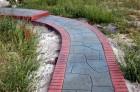 Особенности дорожек из цветного бетона